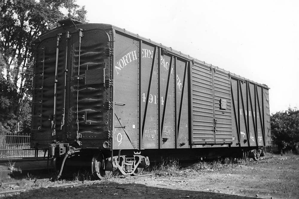 Steel boxcar with end doors for automobile loading